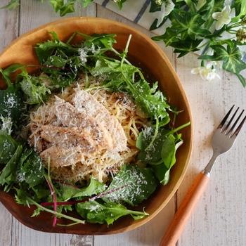 手間がかかる印象のあるパスタも、サラダチキンを使えば簡単に出来上がり♪ 野菜は、生のままのせるだけでOK。シャキシャキとして美味しさも栄養価もアップします。