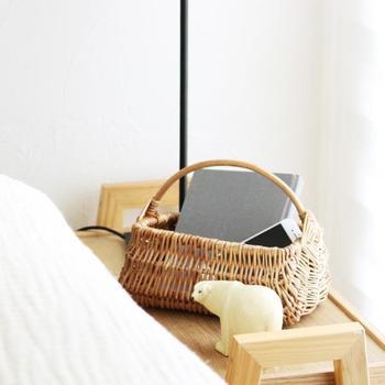 リモコンなど小さめのものを収納するのに便利な煮柳のバスケット。煮柳とは、栁の枝を数時間煮て皮をむき、天日干ししたもの。ざっくりと編まれた素朴な風合いが魅力です。お部屋の中に、ほっと安らぐ道具があることはとても大事なことですね。デザインやサイズは各種あります。