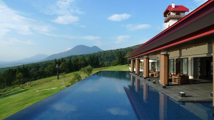 北信五岳の一つ・妙高山の山麓に立地する山岳リゾート系クラシックホテル「赤倉観光ホテル」。 2009年に新設の「SPA&SUITE」棟にある『アクアテラス』の先にしつらえた水盤がつくり出す眺めは、海系のインフィニティな眺めとはまた異なる趣です。※宿泊者以外も利用OK。