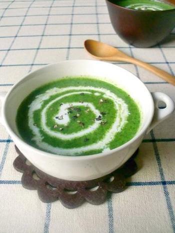 栄養たっぷりのほうれん草を使ったポタージュです。生クリームをたらせば、ほうれん草が苦手な方でも美味しく頂けますよ!