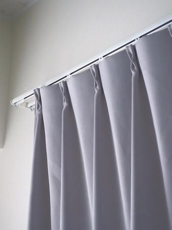 レースのカーテンで過ごせる日中のうちにカーテンも洗っておきましょう。床掃除もスムーズになりますよ♪  もし、完全に乾かなくても元のように吊るしておけば乾きます。真上にエアコンが付いていれば除湿乾燥機を使うより乾きが早いことも。暗くなってからのお洗濯でも問題ありません☆