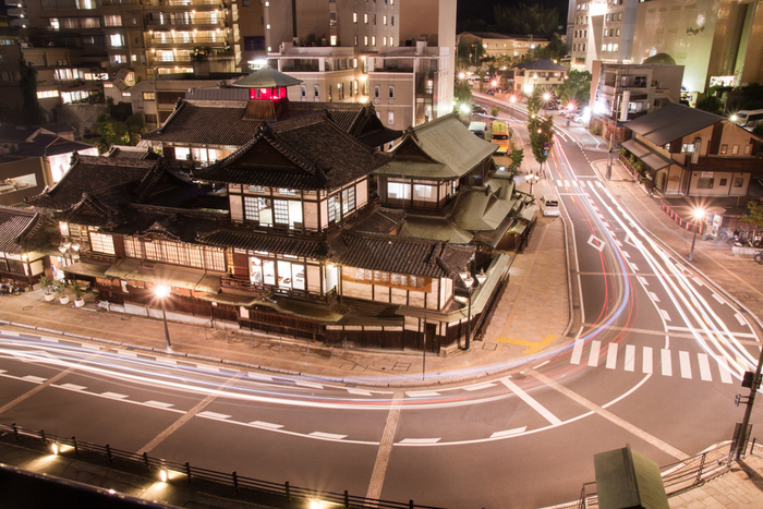 明治の文豪・夏目漱石の代表作のひとつ『坊っちゃん』。愛媛県松山市を舞台に、東京からやって来た若い教師の奮闘を描いた小説で、漱石自身が松山中学に教師として赴任した際の体験をもとに書かれました。江戸っ子気質で正義感の強い坊っちゃんの生き生きとした姿は、個性的で愉快な登場人物たちとともに、時代を経ても色褪せることなく読者を魅了します。