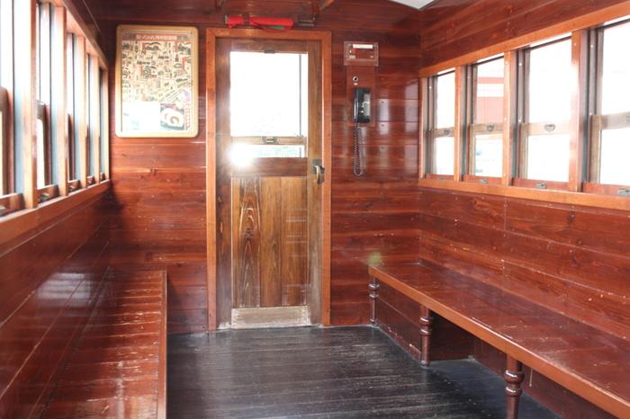 車内は木造で、座席、床、天井、窓枠やドアも木。丸みを帯びた天井のフォルムまで明治の風情が漂います。