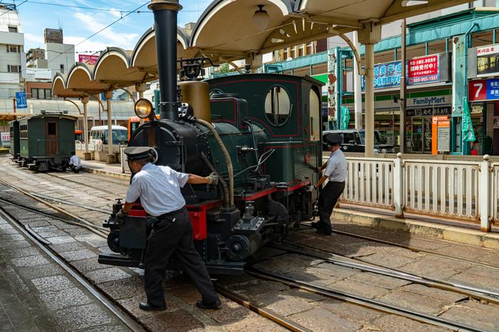 始点と終点の駅では、列車の方向転換を手動で行います。先頭の機関車と後ろの客車を切り離して、車掌さんたち手で押し回す様子は必見ですよ。