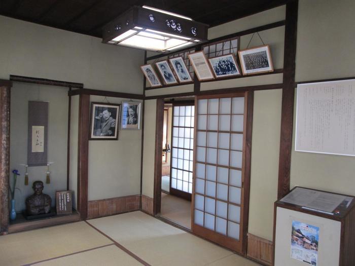 3階北西角の個室は、漱石が松山に住む友人の正岡子規と一緒に利用したといわれる部屋です。昭和41(1966)年に漱石の娘婿である文人・松岡譲氏により「坊っちゃんの間」と命名され、来館者に無料公開されています。