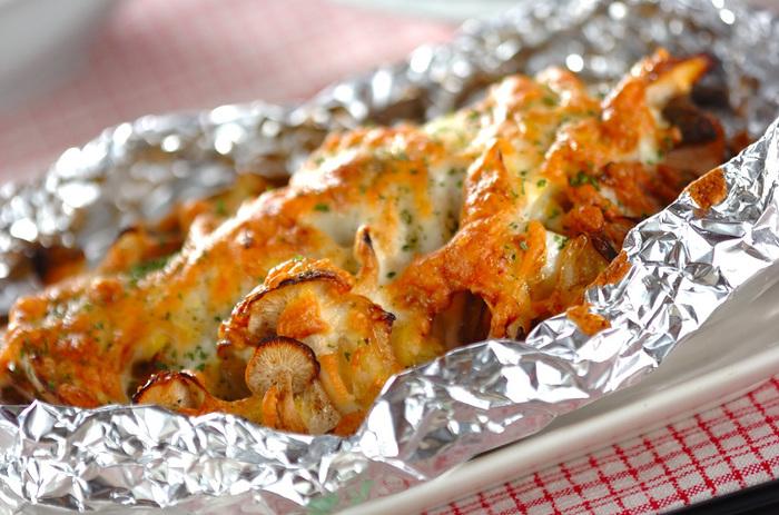 鮭に玉ネギ、シメジをのせ、濃厚な特性ソースとピザ用チーズをかけ、ホイルに包んでオーブンで焼くだけ! ホイルで焼いている間に、他の作業が出来るので、時間が無い時にもおすすめです。 出来上がったホイル焼きは、食卓についてから、熱々をワクワクしながらオープンしましょう♪