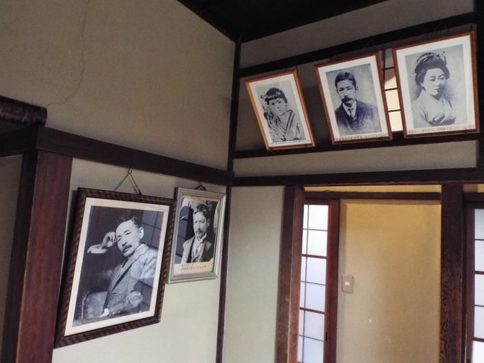ダンディーな漱石の写真も飾られています。出入口上部に3枚並ぶ写真は、左が小説『坊っちゃん』に登場するマドンナのモデルとされる女性、真ん中が漱石のお見合い写真、右は漱石の妻・鏡子さんのお見合い写真だそうですよ。