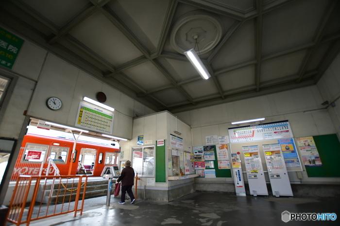 駅舎内部も、洋風レトロな天井の設えなど、隅々まで見ごたえがあります。