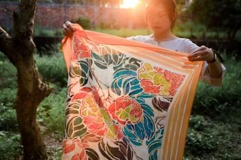 花鳥風月を取り入れた繊細な柄模様、そして自然に寄り添う色合いが融合する、異国情緒豊かな「バティック」。インドネシアの伝統的製法で作られるろうけつ染めの布で、世界中の人々に愛されています。
