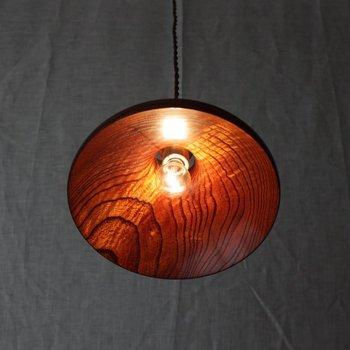 杢の入った栴檀(せんだん)という木に、漆塗りを施した落ち着きのあるランプ。漆掛けと研ぎ出しを16工程重ねて仕上げているそうです。ゆったりとお茶など愉しみたい、そんなやすらぎのスペースにいかがでしょう。