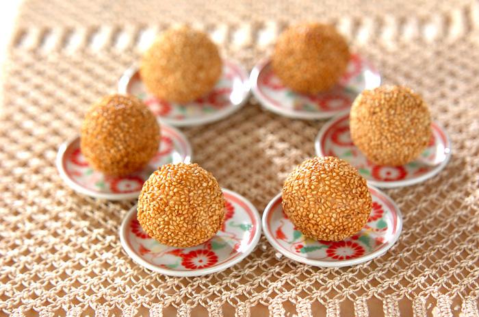 中華の甘い点心の定番、芝麻球(ごま団子)は、プチプチとした食感と素朴な香ばしさが魅力。お気に入りの豆皿にころんと盛り付けて楽しみましょう。