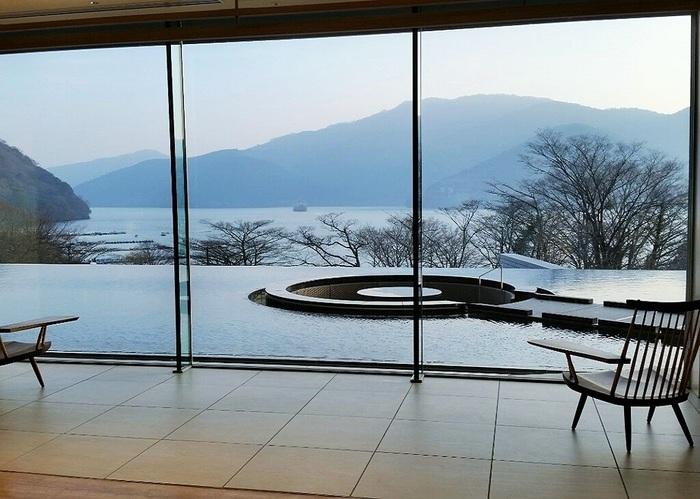 2017年夏、芦ノ湖畔にオープンホヤホヤの「箱根・芦ノ湖 はなをり」。ロビーからまっすぐ芦ノ湖に向かって「水盤テラス」が続いています。