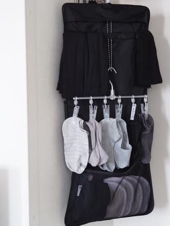 """『洗濯後に干してそのままクローゼット』は、理想的な時短方法。 無印のアルミ直線ハンガーなら靴下の管理が楽になり◎ 引き出し収納にこだわらなければ、直接クローゼットや壁面で""""掛ける収納""""ができて便利です。"""