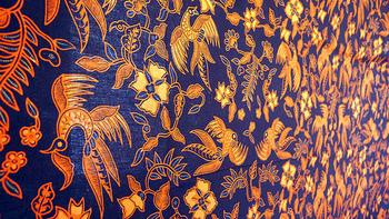 美しい花鳥風月の模様が印象的ですが、その模様のルーツにおいては、いまだ解明されていません。ただ、インドネシア独自のものではないということが分かっています。  長い歴史の間に、遥かに長い染織の歴史を持つインドの更紗をはじめ、昔渡来してきた中国人やアラブ人の影響、オランダ植民地支配によるによるヨーロッパ文化の影響、さらに第二次世界大戦下、日本の支配下におかれたことによる影響など・・・多くの文化のエッセンスを取り入れ、発展していったそう。