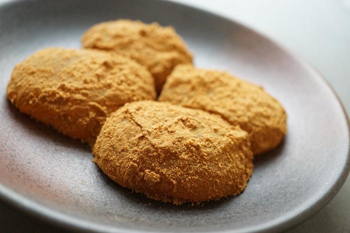口の中で溶けるようなとろっとした食感のわらび餅に、香ばしい深煎りきな粉が贅沢にまぶされています。まぁるい形がかわいくて食べやすい。