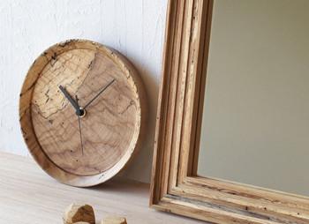 あえて虫喰いの木材を使った、味のある壁掛け時計。時間がゆっくり流れるような、柔らかな表情をたたえています。あわただしい日々の暮らしに、やすらぎを。写真のように置いて使うのもインテリアのようでいいですね。