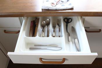 キッチンには、食料や食器、カトラリーなどたくさんのモノがありますよね。今あるものを全部綺麗に収納しようとするとなると、場所が足りなくなりませんか?