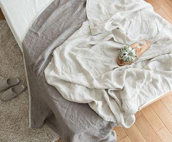 肌寒いときやお昼寝タイムに・夏のタオルケット代わりにと幅広く使えるリネンのブランケット。  夏の暑い時期には涼しく眠れますし、じゃぶじゃぶ洗ってすぐ乾くからいつでも清潔!丈夫で長く使えるのもリネンのメリットです。
