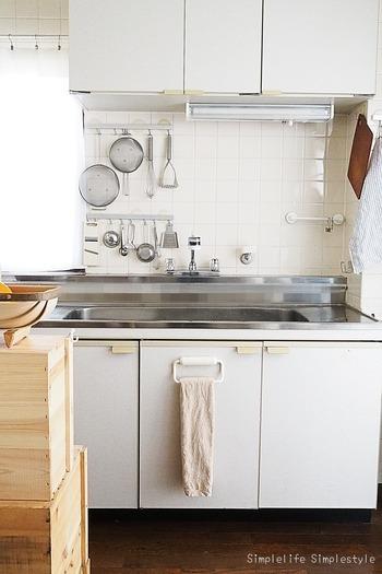 「おしゃれなカウンターキッチンではないからしょうがない」と諦めていませんか?築20年以上の賃貸マンションのこちらのキッチンは、白をベースにした、ナチュラルな雰囲気。