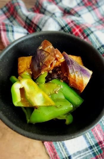 じっくり焼いたなすとピーマンを調味液に漬け込んだ韓国風ナムルは、副菜にピッタリですね。冷めても美味しく頂けるので、作り置きにしても良さそうです。