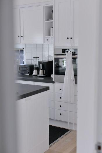 キッチンの入り口に、カーテンやのれんなどをつけていませんか?来客があった時やお家の写真を撮る時、生活感のあるキッチンってなんだか隠したくなるもの。