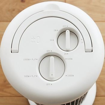 スリムなタワー型だけど、首振り機能がついているので、お部屋をじわじわと万遍なく暖めます。仕様が一目で分かりやすいロータリースイッチを採用しているのも好感度が高いですね。無駄がなくて使いやすい、このスマートさがデザインの良さとしっかり結びついています。