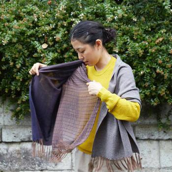 """手で織られたかのような布を設計し、国内の工場(コウバ)で織っているテキスタイルブランド「COOVA」のFUTAMATAは、色や質感の妙を楽しめるストール。一枚の布を途中から麻とウールの二重織りにすることで""""二股""""に分かれているのだそう。薄い布に厚い布、素材の違う布を同時に織ったストールは、あなたの好みや気分で様々な巻き方や色あわせを楽しんで。"""