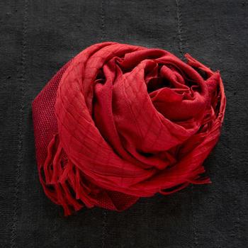 カラーバリエーションは全部で8色。今夏、差し色として注目を集めた「赤」は、冬もひきつづきトレンドカラーとして外せない色。異素材の織りが、微妙なグラデーションに効いていて、大人の冬コーデに合わせたくなります。