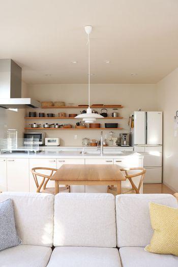 まずは数の見直しを。そして出しておきたいものとしまいたいものにわける。それから収納スペースを考えてぴったりとはまる収納アイテムを探し、使用頻度などで定位置を丁寧に決めてあげると、いつもスッキリと保てるキッチンに生まれ変われるはずですよ。