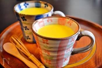 ミルクにターメリック(ウコン)、こしょうを入れてコトコト煮たものがゴールデンミルクです。お好みで、しょうがのしぼり汁を入れると、体が芯からぽかぽか温まるゴールデンミルクの出来上がり。