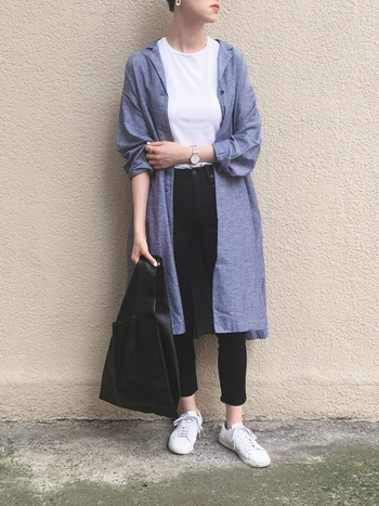 シンプルな装いに、シャツガウンをさらりと羽織ったコーディネート。スッキリ細身のスニーカーは、トップスと合わせて爽やかな白が上品な印象です。