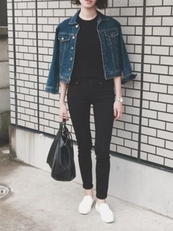ブラックで統一したコーデに、さらりと羽織ったデニムジャケットと白いスニーカーが、爽やかで上品な印象。大人っぽいスタイルには、スニーカーをプラスしてあげることによって、重くなりすぎずに決まります。