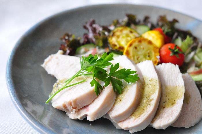 皮や余分な脂肪を取り除いた鶏むね肉を、塩と砂糖を揉みこんだら茹でるだけ。 美味しくするポイントは、火を止めて予熱でじっくりと仕上げること。