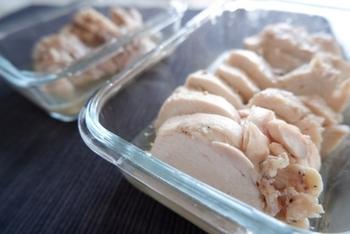 スーパーやコンビニでは、いろいろな味のサラダチキンが売っていますが、意外と簡単にお家で手作りすることができるんです。 クセのないさっぱりとした味わいは、色々な食材と相性がよく、アレンジがしやすいので、作り置きしておくととっても便利です。