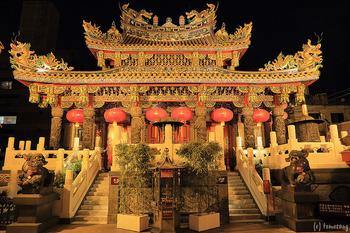 境内にある本殿も圧巻です。牌楼に施された彫刻や本殿の屋根にいるガラス細工の龍など、お見逃しなく。通常は夜7:00まで開廟しているので、秋冬は暗くなりライトアップされた姿を楽しむのもおすすめです。