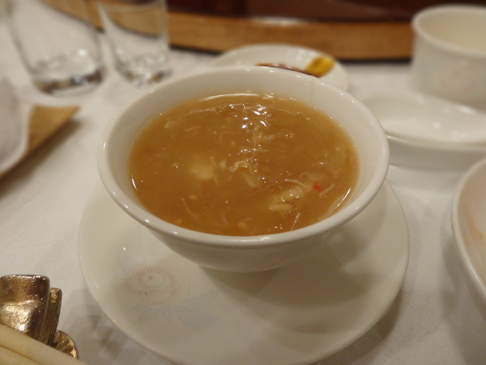 こちらはコース料理にも入っている「フカヒレのスープ」。厳選された食材を使用した美味しい料理をいただくことができます。コースのご予約は2名からなので、ぜひお友だちやご家族、大切な人とどうぞ。