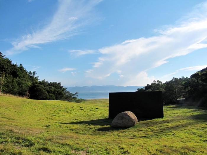 世界的に評価の高い李禹煥(ウー・リーファン)の初の個人美術館。こちらも建築家、安藤忠雄さんとのコラボレーション。海と山に囲まれた谷あいの地形を活かした建物と石や鉄板などを使った作品が響きあう美術館はダイナミックでかつ静寂も感じる不思議な空間です。