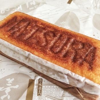 カステーラの上には「MATSURA」の刻印が。200年前の人も同じ製法のものを食べていたと思うと、感慨深いですね。