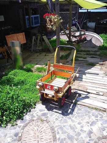 オンバとは「乳母車」のこと。坂道や細い路地が多い男木島のおばあちゃんたちの必需品です。  そのオンバをカラフルにペイントしたり装飾したりして日常的に使えるアートしています。「オンバ・ファクトリー」はその工房です。