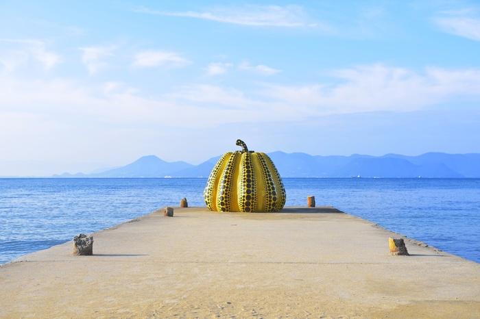 こちらも草間彌生さんの「南瓜」という作品。ベネッセハウスの前にあります。青い海と黄色のコントラストが美しく、直島に来たらぜひ見てみたい代表的な作品のひとつです。「赤かぼちゃ」と見比べてみるのもいいですね。