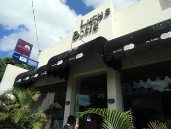 「LUCY'S BATIK(ルーシーズ・バティック)」はバリとジャカルタに展開するショップで、ジャワ島各地のバティックを展示しています。布地のほか、衣類やインテリア小物なども取り揃えています。 こちらは、バリにあるスミニャック店。