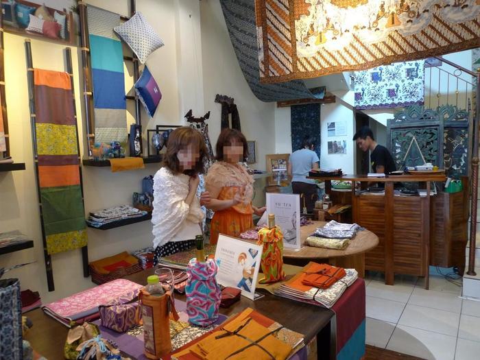 布地のほか、インテリア小物や衣類なども取り揃えています。  上でご紹介したファッションも、実はこちらの「LUCY'S BATIK」で購入したもの。子供用ワンピースは、なんと約3000円(約Rp.400,00)。日本で買うよりも、とっても安く購入できますよ。