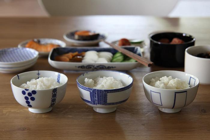 江戸時代から伝わる「印判」という染付の手法を用いた花茶碗。素焼きの生地に、柄入りの和紙を手作業で転写していきます。アーティストの立花文穂さんによる、+・※などの記号を組み合わせたモダンなデザインが特徴的です。