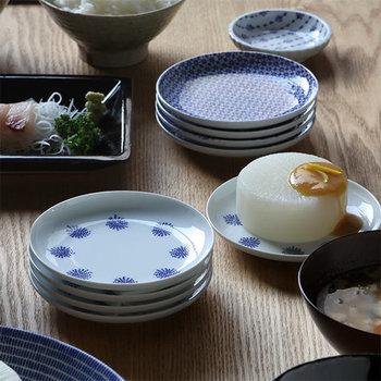 茶碗と同じく、印判という染付技法で作った小皿。いろいろな柄をそろえると、食卓に同時に出したときに変化があって楽しいですね。