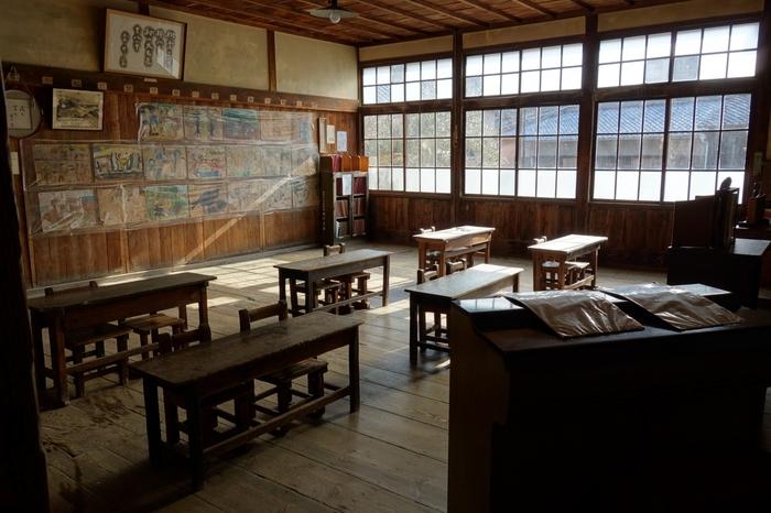 映画「二十四の瞳」のロケ地となった場所。建物は明治35年に建てられ、約70年間、苗羽小学校田浦分校校舎として使用されていました。 当時のままの机やオルガン、子供たちの作品などが残っています。ノスタルジックな雰囲気が素敵ですね。