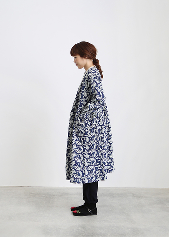 贅沢に施されたペイズリー柄の刺繍が入ったカシュクールワンピース。レトロな風合いなので、袖を通すたび嬉しくなりそう。