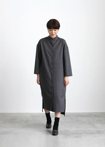 伝統的ガンクラブチェック柄のワンピースは、シンプルなシルエットですが、裾に大胆に入ったスリットが動きを作ってくれる一枚。シックな色なので、ボトムスにパンツやスカートを合わせてレイヤードコーデを楽しんでみるのもいいかも。