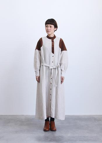 ウクライナの民族衣装ルパシカをイメージした特徴的な切り替えが個性的なワンピース。どこか素朴な風合いでありながら、存在感のあるデザインなので、まさに秋のコーデの主役となってくれます。