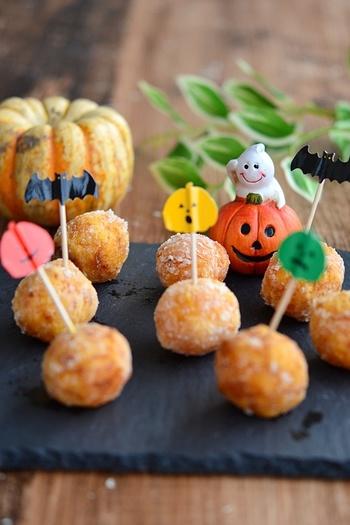 甘いかぼちゃにチーズを包み、脂で上げてサクサクに!ハロウィンパーティーの一品にいかがでしょう♪ コロコロ丸めたり、ピックを刺したり…お子さまと一緒に作れば、きっと素敵な思い出に…。