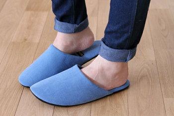 あったかモコモコ素材から肌触りの心地いい布製の低反発ルームシューズまで、最近では種類豊富で自分好みのものがきっと見つかるはず。靴下のような締め付け感がなく、足元をさりげなく温めてくれる1足を。ルームシューズは靴下に代わって皆さんの冷えを改善してくれるはずです!